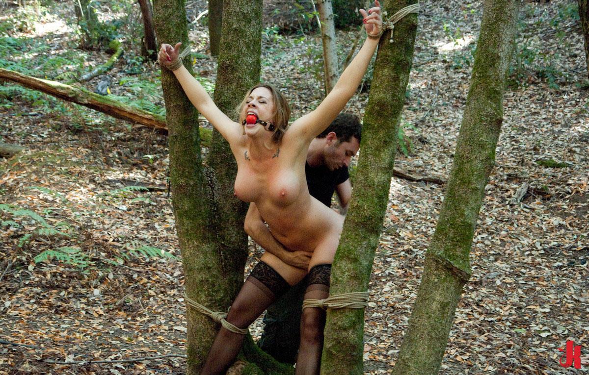 Мужик привязал девушку к столбу и трахнул девушка дрочит кончает
